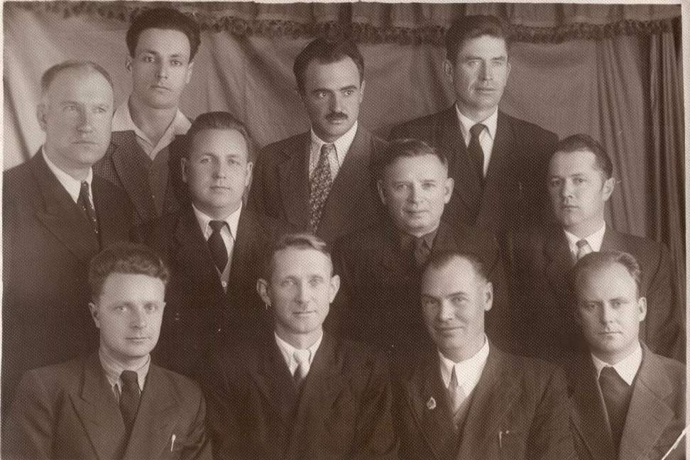 Шатилин Н. Я. второй слева во втором ряду