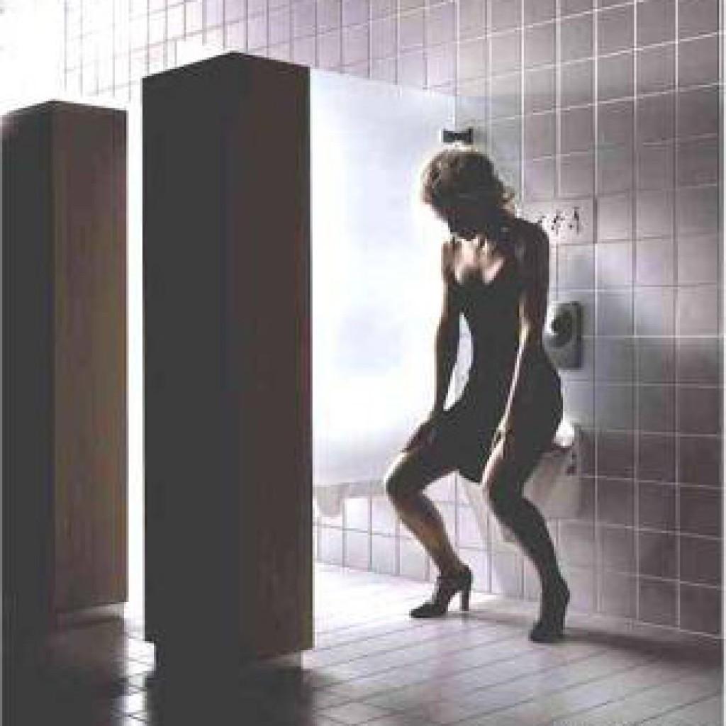 Фото женщини в туалете 4 фотография