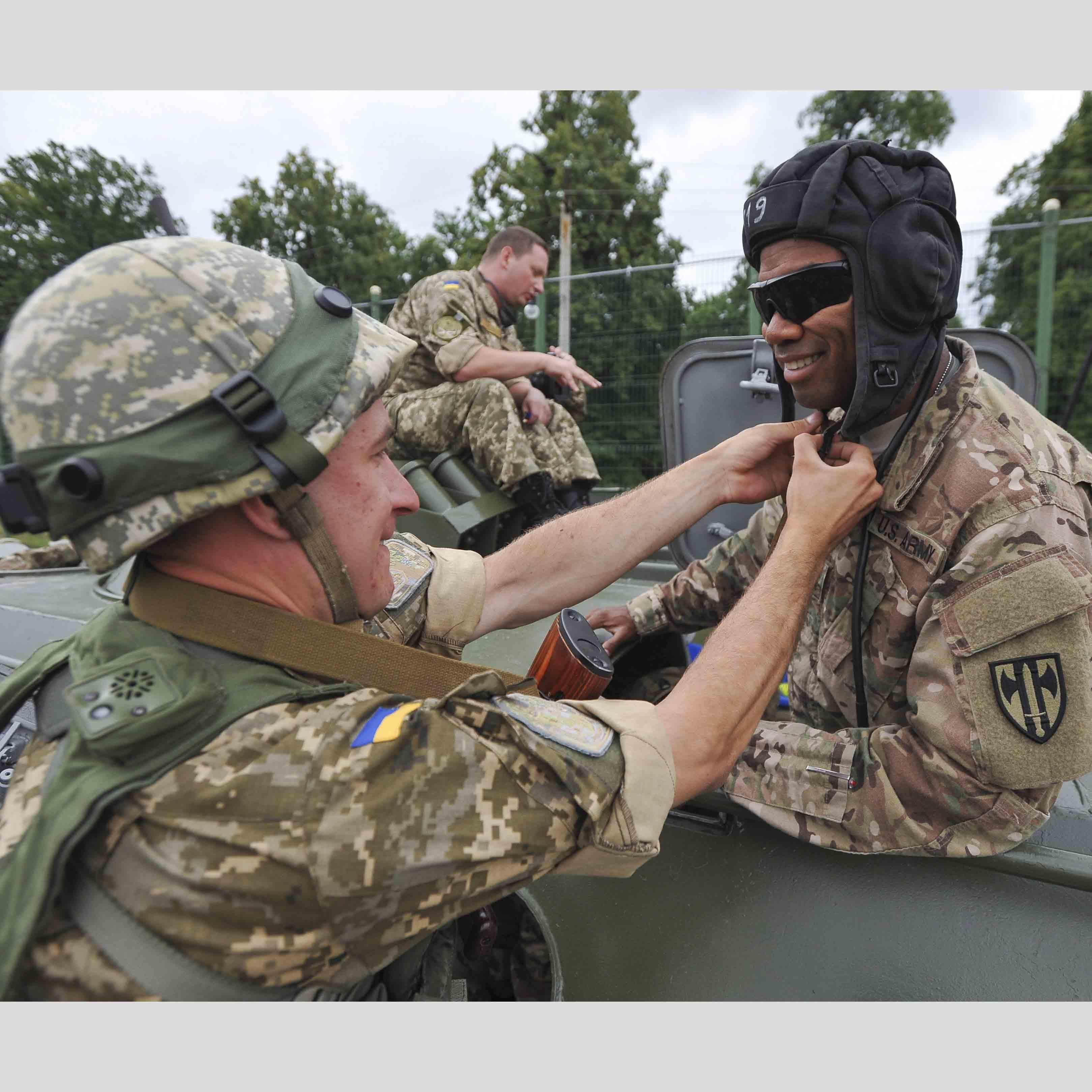 Три украинки и негры 6 фотография