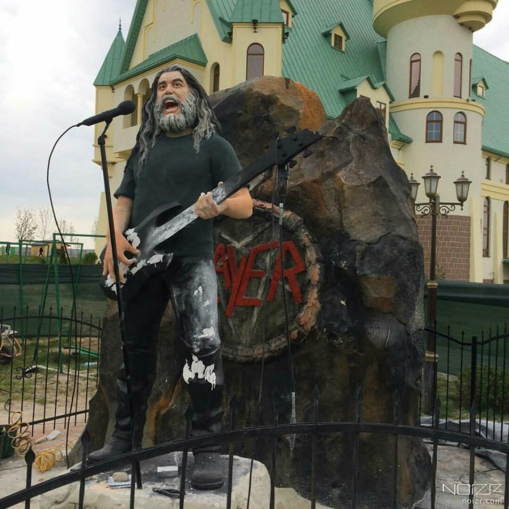 Том Арайя. Памятник
