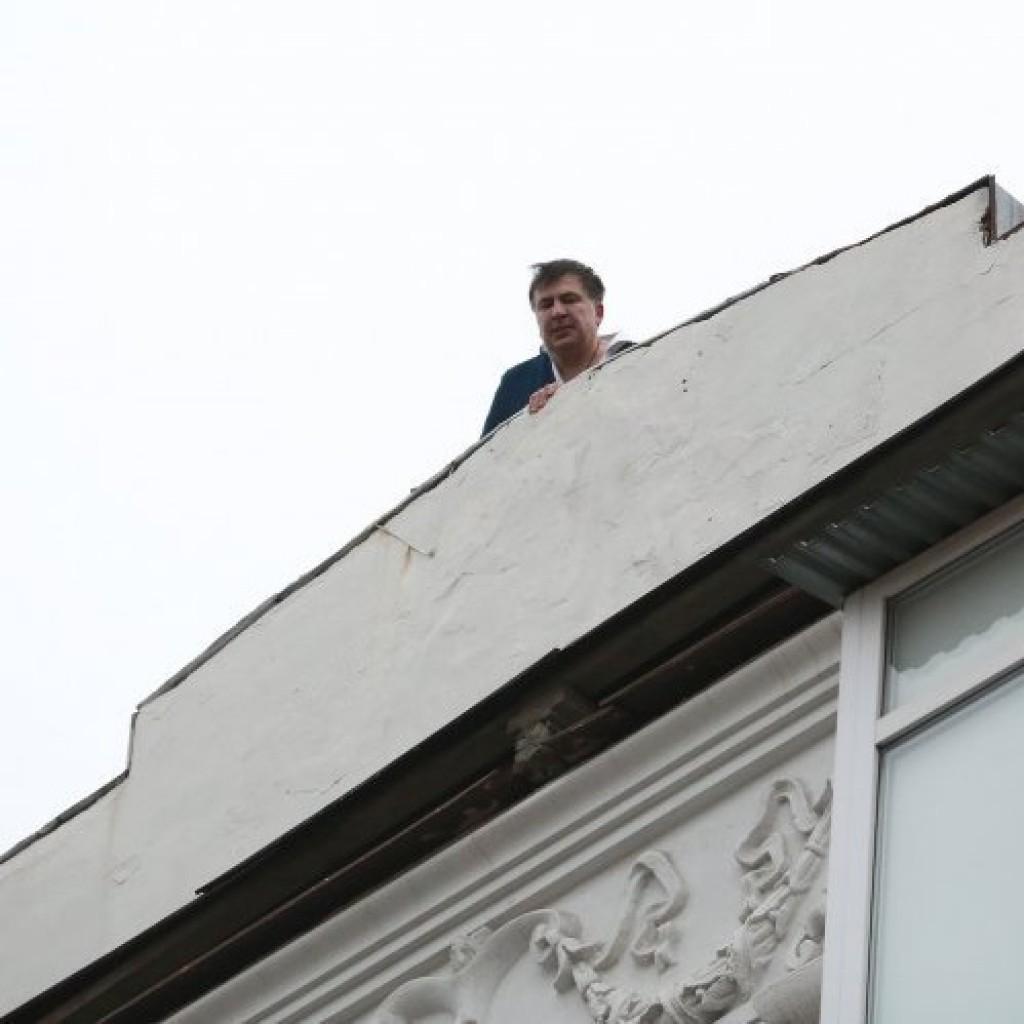 Михаил Саакашвили вылез на крышу дома