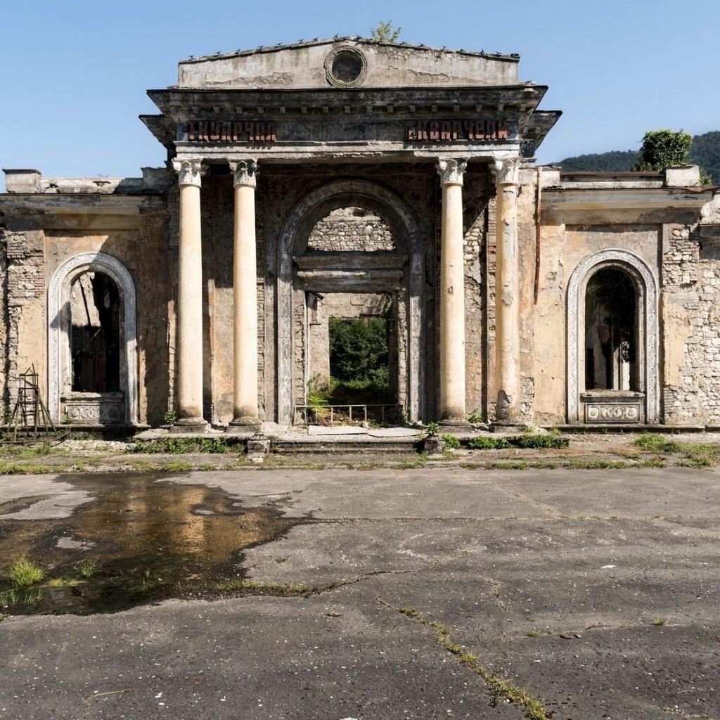 Заброшенный железнодорожный вокзал в Абхазии