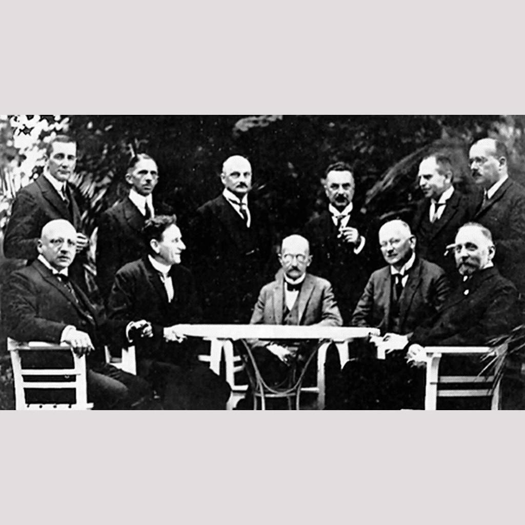 Общество экстренной помощи немецкой науке, 1924 год. Макс Планк (в центре), Фриц Габер (слева)