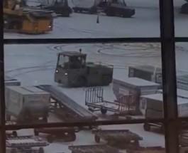 В аэропорту Шереметьево «ихтамнет» захватил машину для погрузки багажа
