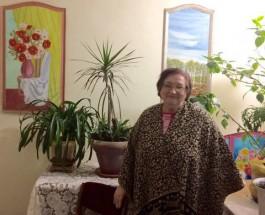 В Одессе пенсионерка украшает парадные своими картинами