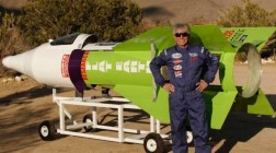 Американец совершил полет на самодельной ракете