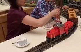 В харьковском кафе заказы привозит поезд