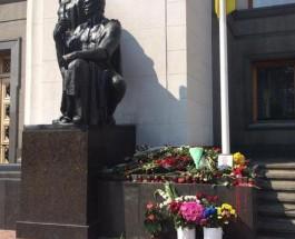 Киевляне усыпали цветами место гибели бойцов НГУ под Радой