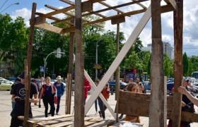 На Михайловской площади в Киеве воссоздали хижину ромов