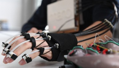 Создан экзоскелет руки, который управляется силой мысли