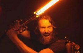 Блогер создал световой меч, котрым можно резать сталь