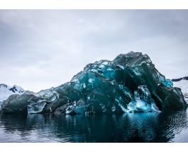 Американский фотограф запечатлел перевернувшийся айсберг