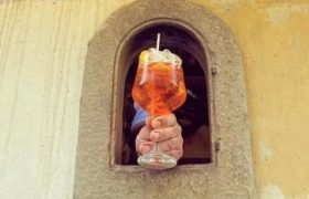 В Италии вновь заработали винные окна времен средневековой чумы