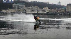 Киевлянин на мотоцикле пересек реку Днепр