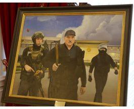 Лукашенко повесил во Дворце независимости картину «где бегал с Колей с автоматом»